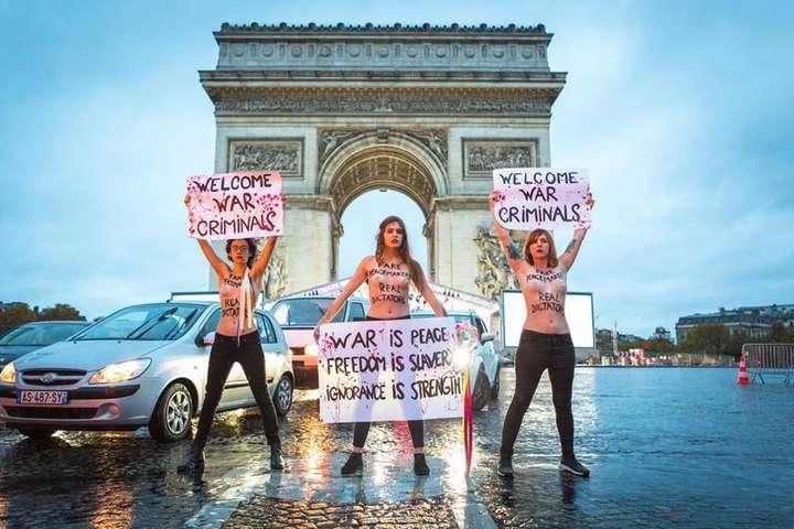 <span>Активістки Femen біля Тріумфальної арки в Парижі під час акції протесту проти приїзду до Франції «воєнних злочинців»</span> - Оголені активістки Femen виступили проти приїзду на урочистості в Париж «воєнних злочинців»