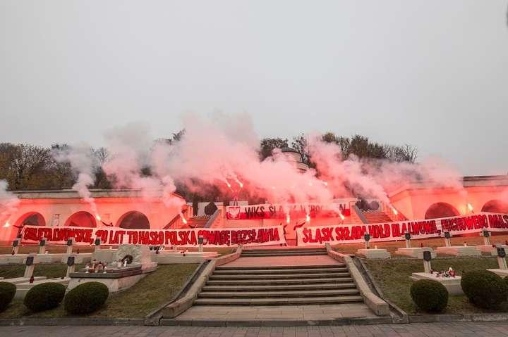 Близько десятка молодиків запалили фаєри - Польські ультрас провели акцію з фаєрами на Меморіал орлят у Львові