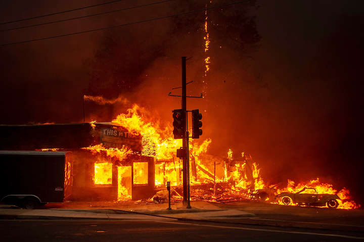 <p>Фото: Josh Edelson / AFP / East News</p> - Леди Гага и Ким Кардашьян покинули свои дома в Калифорнии из-за лесных пожаров