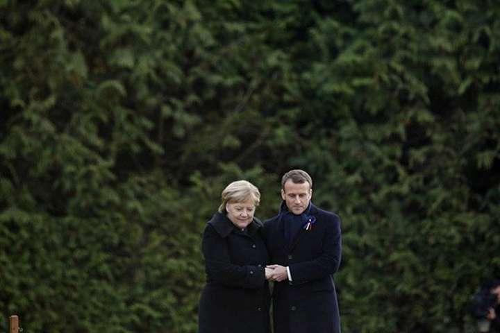 Лідериурочисто відрили пам'ятний знак у Комп'єні - Макрон і Меркель відзначили перемир'я у Першій світовій