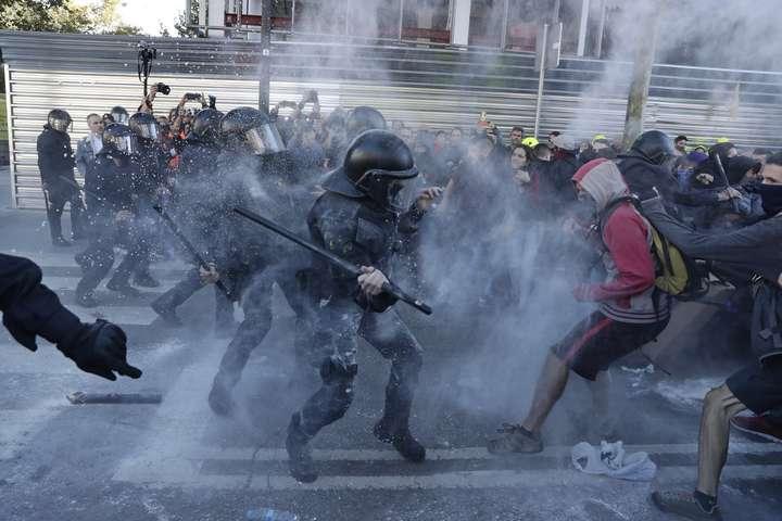 У Барселоні сталися сутички між поліцією та протестувальниками - У Барселоні сталися сутички між поліцією та каталонськими сепаратистами