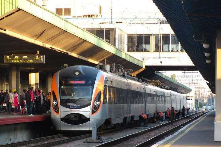 «Укрзалізниця»тимчасово обмежила продаж квитків на дати після 9 грудня - «Укрзалізниця» призупинила продаж квитків на поїзди далекого сполучення