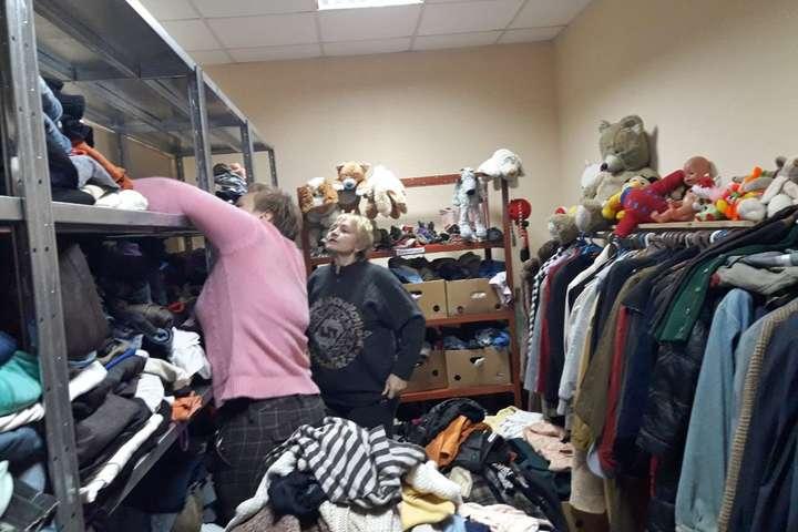 Сезонний одяг та взуття в чистому, охайному вигляді можна здати у банк одягу - У Києві працює банк одягу для нужденних