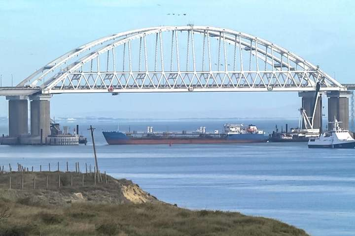 Серед українських військових є поранений — Росія застосувала зброю проти українського судна в Керченській протоці