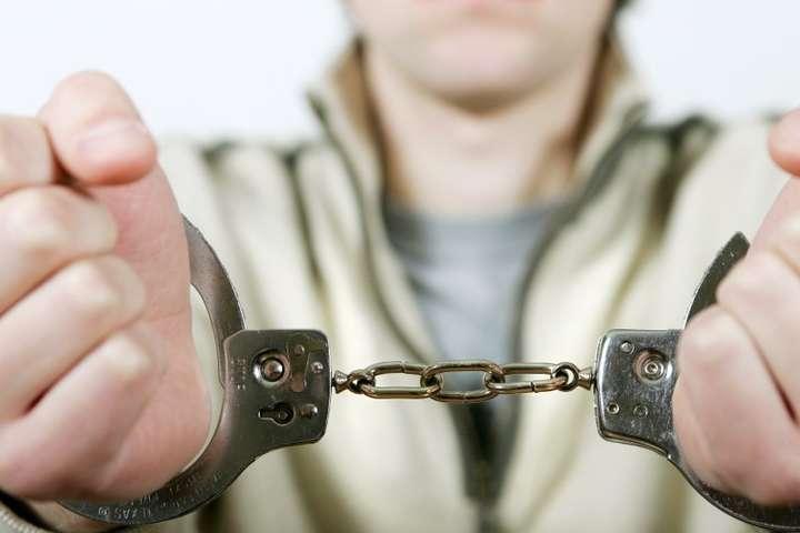 <p>Нападників було затримано</p> - Двоє броварчан у ліфті напали на пенсіонера і пограбували його