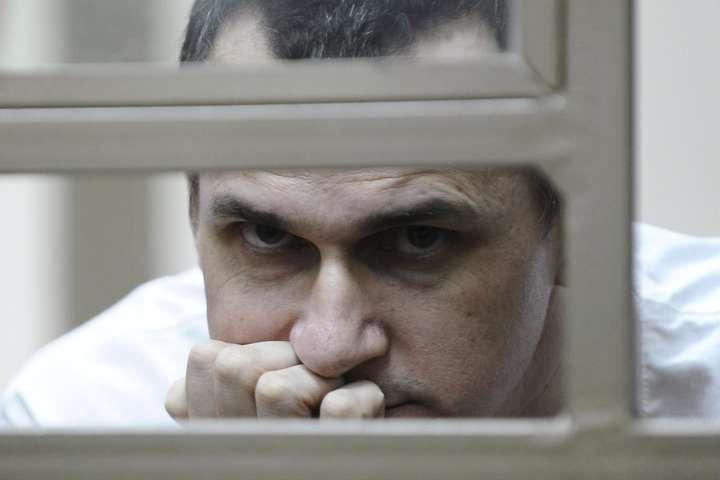 Політв'язень Олег Сенцов - Єврокомісар вимагає від РФ відпустити Сенцова на вручення премії Сахарова
