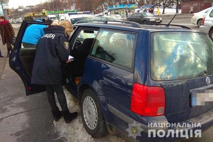 <p>Поліція оглядає автівку киянина після пограбування</p> - Столична поліція зі стріляниною затримала іноземців за пограбування автівок