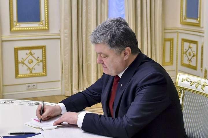 <span>Президент України Петро Порошенко</span> - Порошенко звільнив посла України в чотирьох країнах