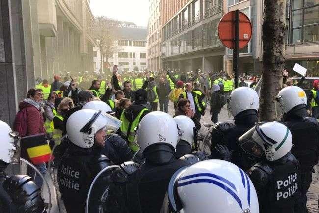 У Франції тривають протести - Протести «жовтих жилетів»: поліція у Парижі затримала більше сотні людей