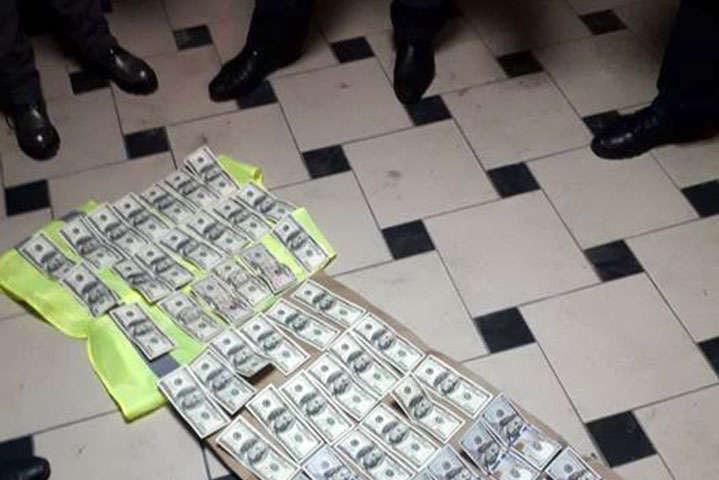 Вилучений хабар у вінницького прокурора Олександра Попеско - За хабар $6 тисяч вінницький прокурор і його посередники одержали штрафи