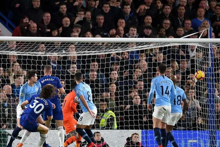 Після цієї поразки «Манчестер Сіті» втратив перше місце - Прем'єр-ліга Англії. У центральному матчі 16-го туру «Челсі» обіграв «Манчестер Сіті» (відео)