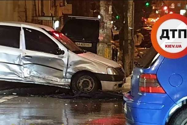 Аварія сталасяна перетині вулиць Антоновича і Жилянської - У Києві внаслідок ДТП загорілася автівка