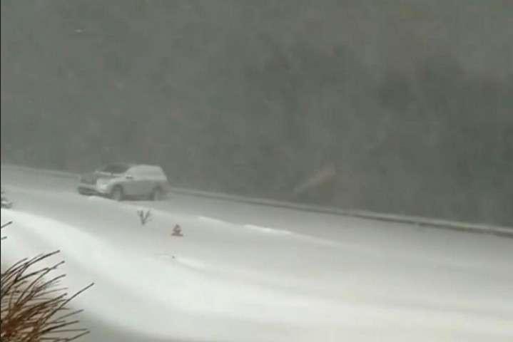 <p>Снігові замети у Північній Кароліні, 9 грудня 2018 року</p> - У США майже 200 тисяч людей залишилися без світла через зимовий шторм