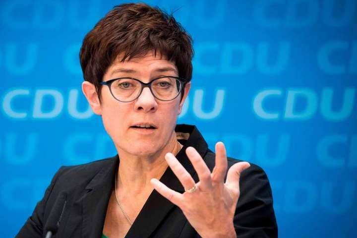 Наступниця Меркель Крамп-Карренбауер: чого від неї чекати Україні