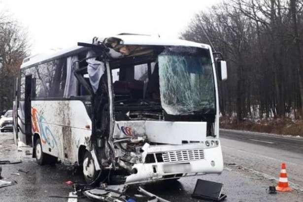 Водій рейсового автобуса Броди-Червоноград, здійснюючи обгін гужового транспорту, що рухався в попутному напрямку, виїхав на смугу зустрічного руху і зіткнувся з автомобілем ВАЗ 21112 - У Львівській області пасажирський автобус потрапив у ДТП, є загиблий та поранені