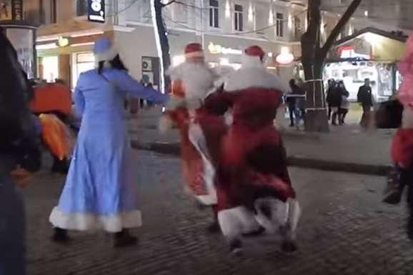 Новорічні пристрасті: Діди Морози побилися у центрі Одеси (відео)