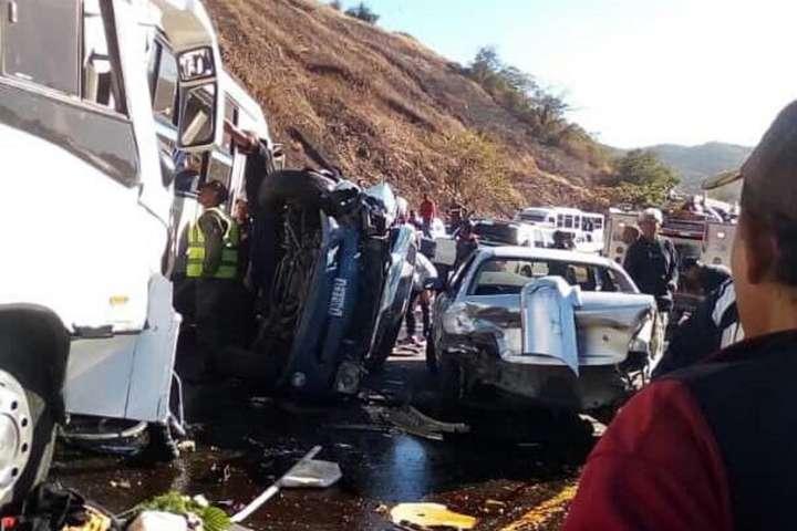 Автобус врізався у кілька автомобілів — У Венесуелі зіткнулися 13 автомобілів