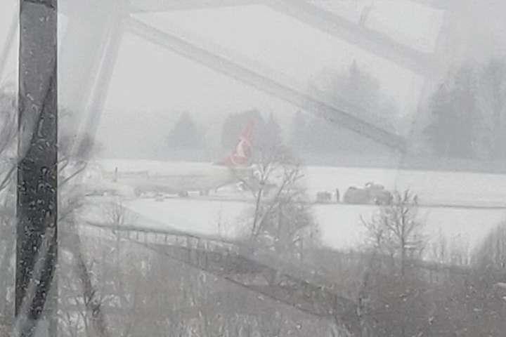 <p>В аеропорту виникли затримки через авіаінцидент Об этом сообщает <a href=