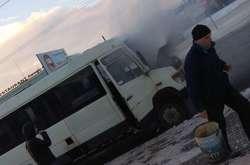 Фото: — Інший водій прийшов на допомогу водієві, в котрого загорілася маршрутка