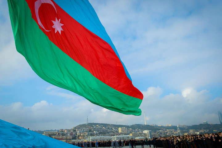 В Азербайджані на барельєфі Шевченка зняли табличку російською мовою