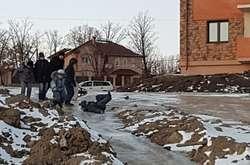 Фото: — Гірка з відходів каналізації утворилася біля житлових будинків і на ній катаються діти