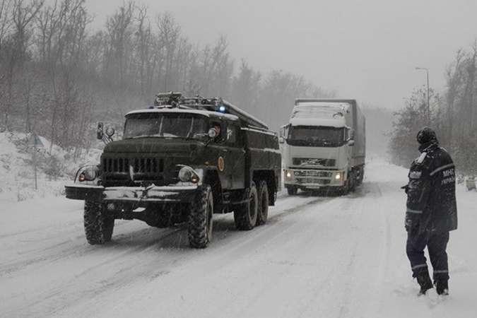Негода в Україні: вже у трьох областях обмежено рух транспорту