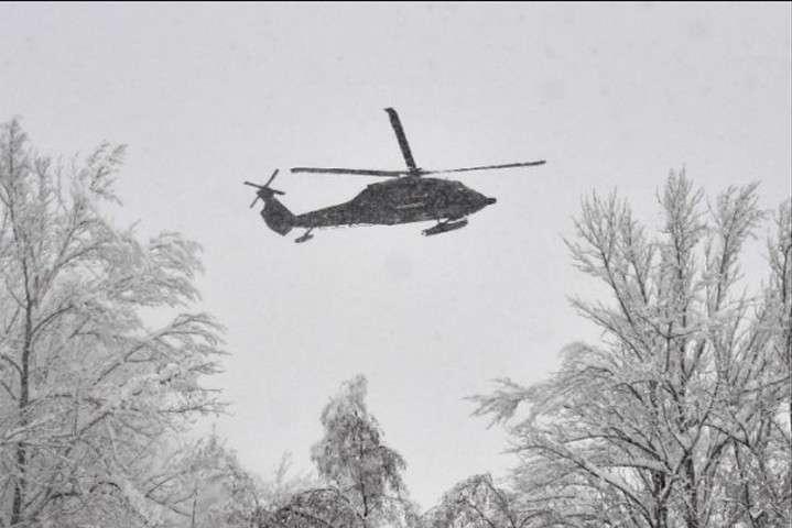 Військові використали два вертольоти для перевезення групи з 66 студентів — Військові в Австрії врятували 66 студентів із засипаного снігом курорту