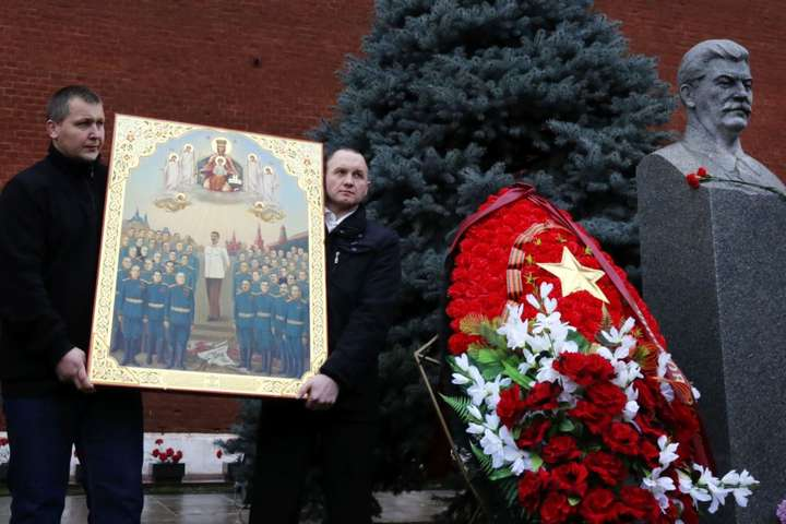 Відзначення дня народження Йосипа Сталіна на його могилі біля Кремлівської стіни на Червоній площі. На фотографії ікона із зображенням радянського диктатора. Москва, 21 грудня 2015 року — У Росії до війни на церковному фронті проти України долучились навіть ліберали