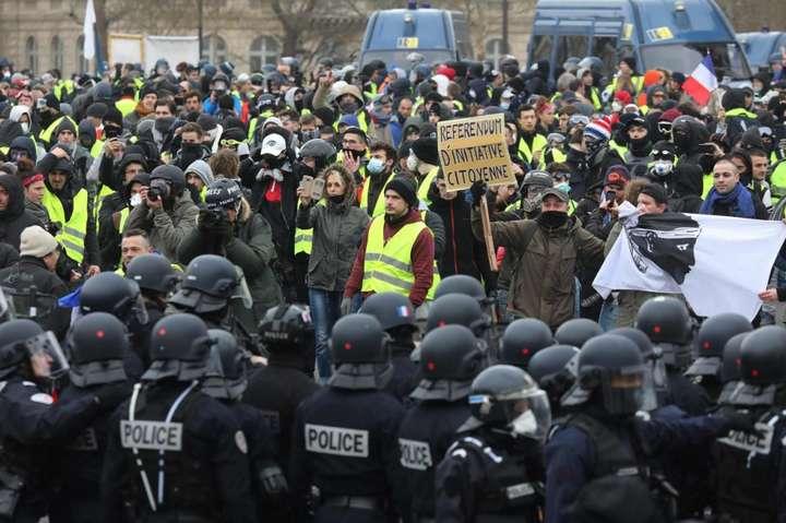 <p>Поліція у Парижі застосувала сльозогінний газ і водомети</p><div></div> — Протести «жовтих жилетів»: у Парижі поліція затримала 59 учасників