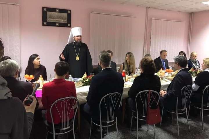 <p>Неформальна зустріч проходила на території Михайлівського монастиря у Києві</p> — Митрополит Епіфаній зустрівся з родинами в'язнів Кремля