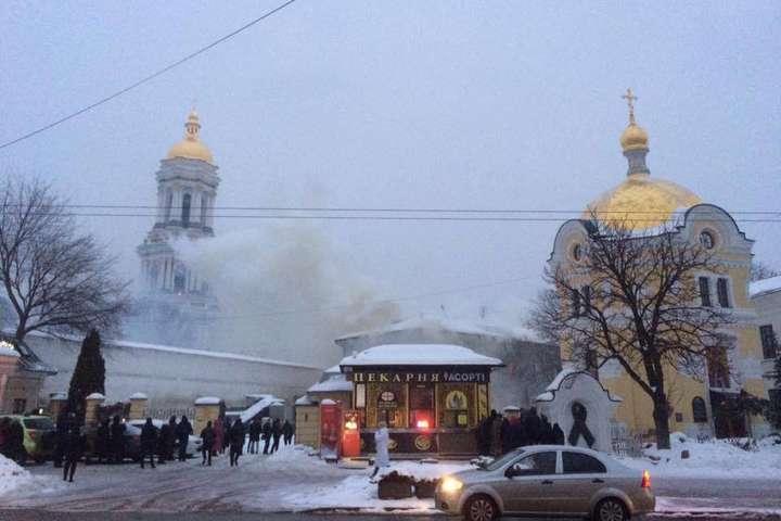 Пожежа сталася у будівліна Лаврській, 23 - Горить будівля Києво-Печерської лаври (фото)