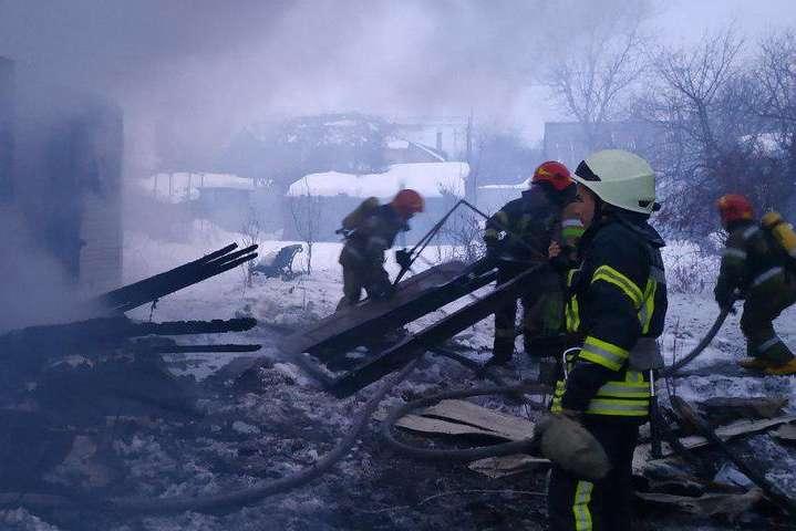 На Подолі сталася велика пожежа у приватному будинку (фото)
