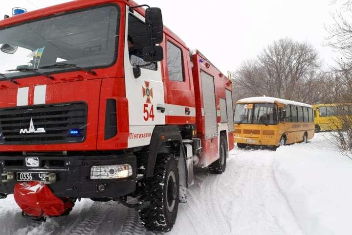 Негода на Дніпропетровщині: два автобуси потрапили у снігові замети