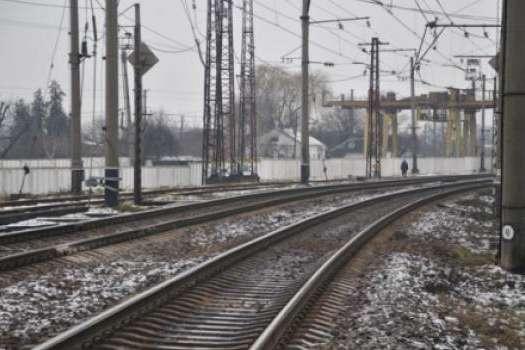 На Київщині вантажний потяг збив чоловіка