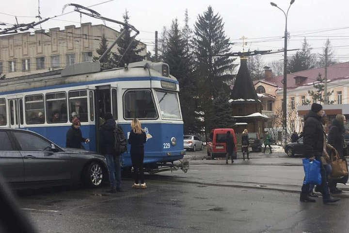 В центрі Вінниці BMW «таранив» трамвай