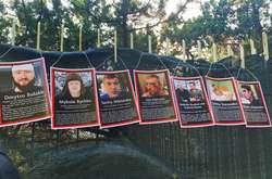 Фото: — На паркані вілли з'явились прізвища 40 активістів, на яких за останній рік було здійснено напади