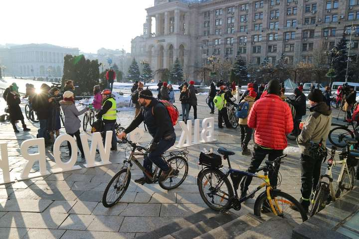 Учасники флешмобу«Велосипедом на роботу» на Майдані Незалежності — Кияни приєдналися до акції «Велосипедом на роботу»: як це було (фото, відео)