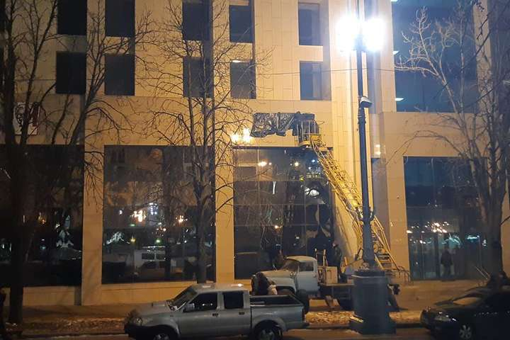 Ввечері nbsp вивіску вже загорнули у чорний целофан - На Будинку профспілок  у Києві знову встановили a6a88de59af4c
