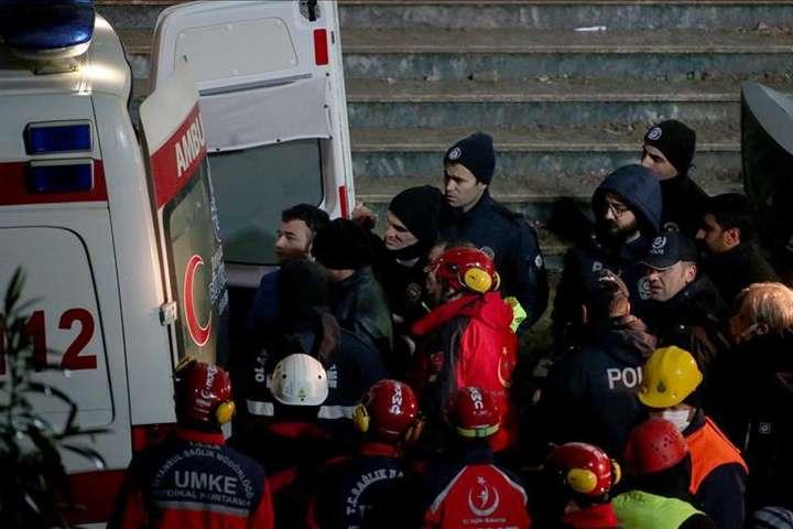 Наразі 13 осіб перебувають у лікарні, двоє з них у тяжкому стані — Кількість жертв обвалу будинку у Стамбулі зросла до 17