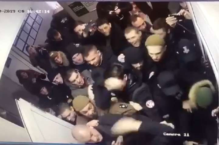 На відео видно початок штовханини — Побиття активістів у поліції: Геращенко показав відео, як все почалося