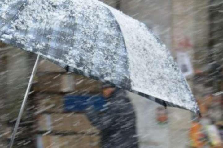 Сніг, дощі та сильний вітер: на Україну насувається непогода