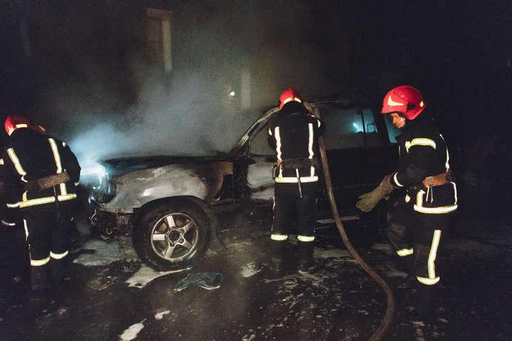 Автомобіль згорів дотла - У Києві згорів Land Cruiser депутата від «Свободи» (фото, відео)
