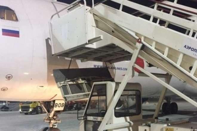 Інцидент стався о 03.30 (02.30 за київським часом) в міжнародному аеропорту імені Титова - З'явилося відео, як у російському аеропорту Барнаула обвалився трап з пасажирами