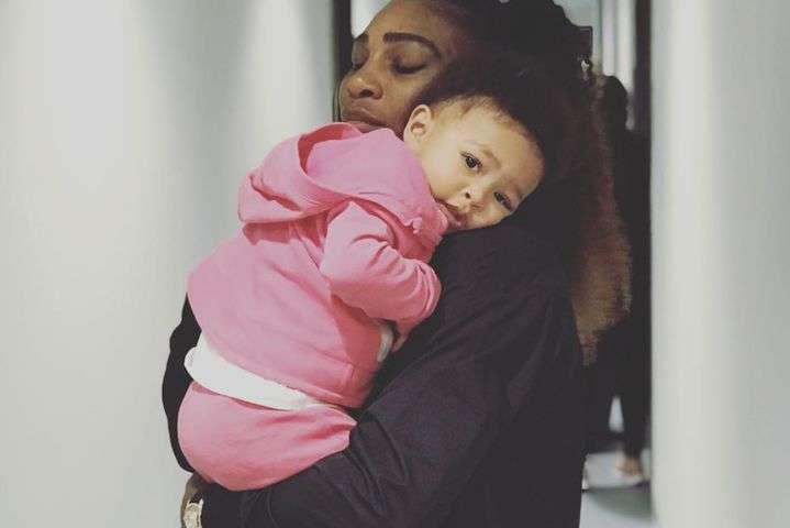 Серена Уильямс с дочкой - Мамы могут все: Cерена Уильямс залезла в кроватку годовалой дочери
