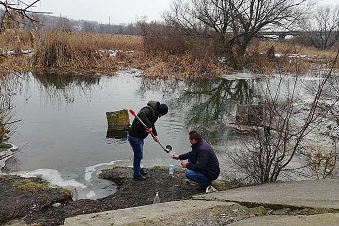 Мешканці Ладижина б'ють на сполох через неприємний запах води у річці Сіб