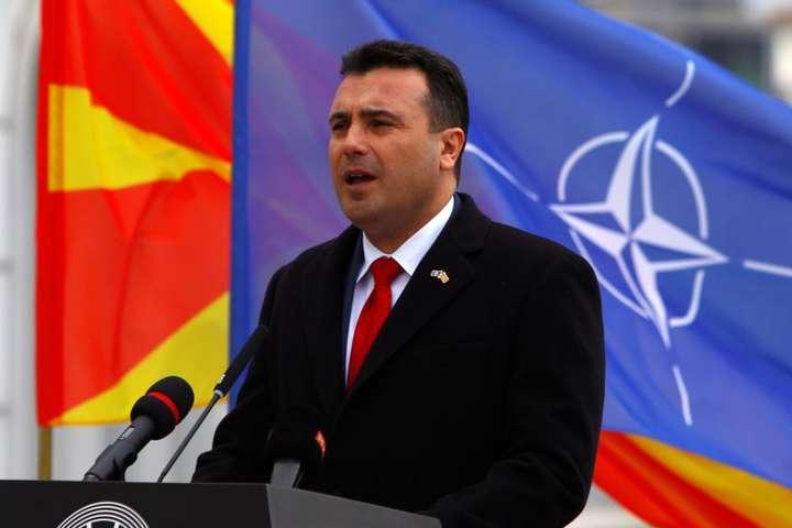 Прем'єр-міністр Північної Македонії Зоран Заєв виступає на церемонії підняття прапора НАТО перед будівлею уряду, Скоп'є, 12 лютого 2019 року - Македонія змінила назву заради членства в НАТО