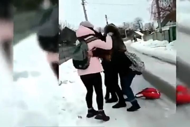 <span>Спочатку неповнолітня агресор напала на дев'ятикласницю у школі, потім напад повторився на вулиці</span> - В Україні вперше винесено рішення у справі про булінг