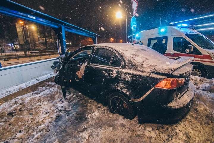 <p>Автомобіль отримав серйозні пошкодження передньої частини від зіткнення з опорою переходу</p> - П'яна ДТП у Києві: Mitsubishi влетів у підземний перехід (фото, відео)