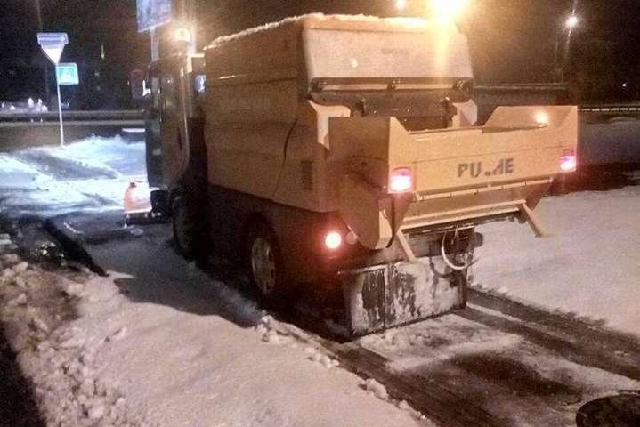 Паралельно з великогабаритною технікою працює малогабаритна спецтехніка - Дорожники звітують, як оперативно вийшли на розчищення Києва від снігу (фото)
