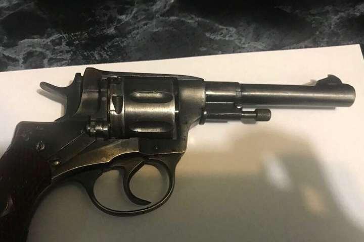Поліція вилучила в охоронця вогнепальну зброю системи «Наган» - У приміській електричці сталася стрілянина: троє п'яних влаштували дебош